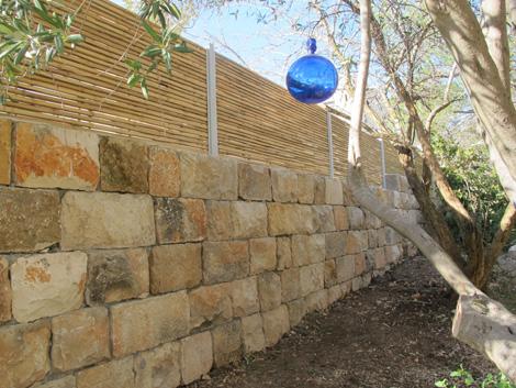 gader1 גדר אבן עם במבוק סקוור