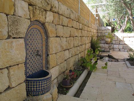gader2 גדר אבן עם במבוק סקוור